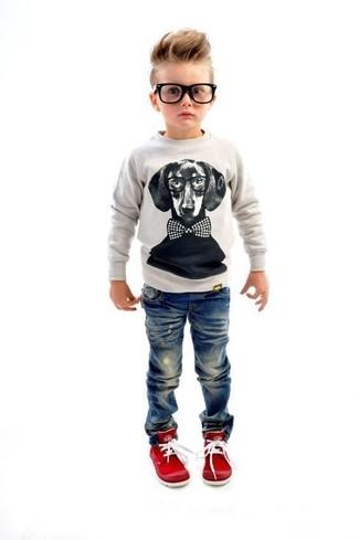 Wie kombinieren: grauer Pullover, blaue Jeans, rote Turnschuhe