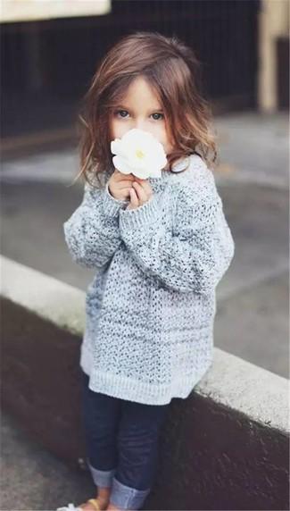 Wie kombinieren: grauer Pullover, dunkelblaue Jeans, weiße Sandalen