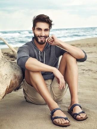 Wie kombinieren: grauer Pullover mit einem Kapuze, hellbeige Shorts, dunkelblaue Ledersandalen