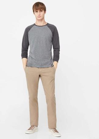 Wie kombinieren: grauer Pullover mit einem Rundhalsausschnitt, beige Chinohose, hellbeige Leinenschuhe
