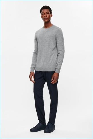Wie kombinieren: grauer Pullover mit einem Rundhalsausschnitt, dunkelblaue Jogginghose, dunkelblaue Leder niedrige Sneakers