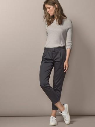 Grauen Pullover mit einem Rundhalsausschnitt kombinieren – 499 Damen Outfits: Probieren Sie die Paarung aus einem grauen Pullover mit einem Rundhalsausschnitt und einer dunkelgrauen Anzughose für eine lässige Silhouette. Fühlen Sie sich mutig? Ergänzen Sie Ihr Outfit mit weißen Leder niedrigen Sneakers.