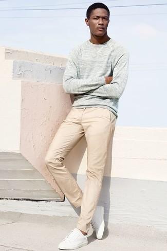 Weiße Leder niedrige Sneakers kombinieren – 500+ Herren Outfits: Kombinieren Sie einen grauen Pullover mit einem Rundhalsausschnitt mit einer hellbeige Chinohose für ein bequemes Outfit, das außerdem gut zusammen passt. Warum kombinieren Sie Ihr Outfit für einen legereren Auftritt nicht mal mit weißen Leder niedrigen Sneakers?
