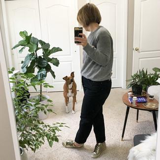 40 Jährige: Grauen Pullover mit einem Rundhalsausschnitt kombinieren – 3 Damen Outfits: Wenn Sie einen zeitgenössischen, lässigen Look erzielen müssen, bleiben ein grauer Pullover mit einem Rundhalsausschnitt und schwarze Boyfriend Jeans ein Klassiker. Komplettieren Sie Ihr Outfit mit silbernen Leder niedrigen Sneakers.
