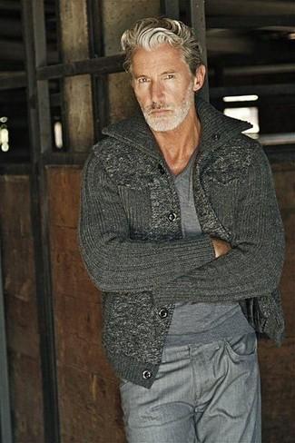 Wie kombinieren: grauer Pullover mit einem V-Ausschnitt, dunkelgraue Strick Strickjacke, graue Jeans