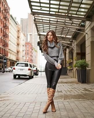 grauer Pullover mit einer weiten Rollkragen, schwarze enge Hose aus Leder, braune kniehohe Stiefel aus Wildleder für Damen