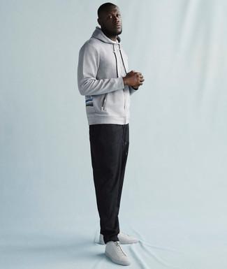Grauer pullover mit kapuze dunkelgraue jogginghose weisse leder niedrige sneakers large 21952
