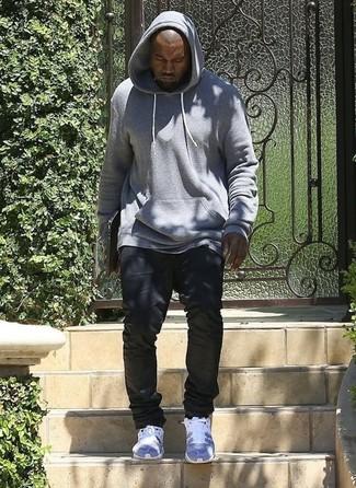 Kanye West trägt Grauer Pullover Mit Kapuze, Schwarze Jeans, Graue Sportschuhe