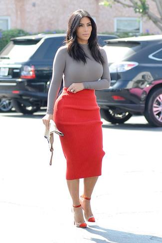 Kim Kardashian trägt Grauer Rollkragenpullover, Roter Strick Bleistiftrock, Rote Wildleder Pumps