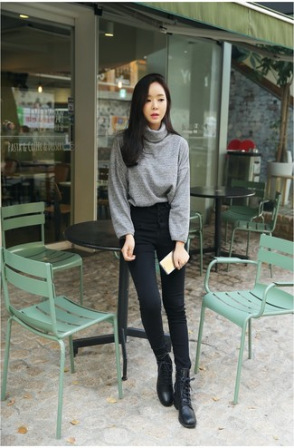 Damen Outfits & Modetrends: Für dieses lockeres Outfit eignen sich ein grauer Rollkragenpullover und schwarze enge Jeans ganz super. Suchen Sie nach leichtem Schuhwerk? Komplettieren Sie Ihr Outfit mit schwarzen flache Stiefel mit einer Schnürung aus Leder für den Tag.