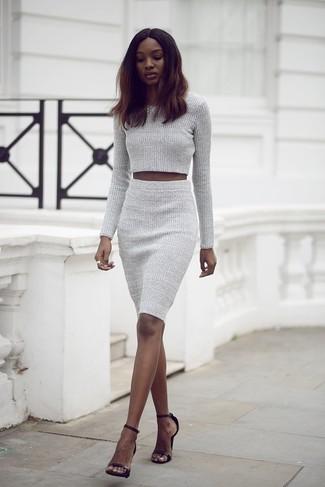 Schwarze Leder Sandaletten kombinieren – 500+ Damen Outfits: Probieren Sie die Kombi aus einem grauen Strick kurzem Pullover und einem grauen Strick Bleistiftrock, umein wunderbares, lässiges Outfit zu erhalten, der in der Garderobe der Frau auf keinen Fall fehlen darf. Schwarze Leder Sandaletten sind eine kluge Wahl, um dieses Outfit zu vervollständigen.