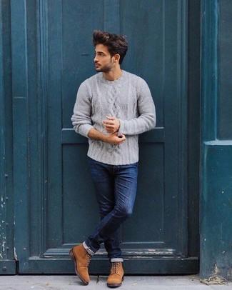 Wie kombinieren: grauer Strickpullover, dunkelblaue enge Jeans, rotbraune Wildlederfreizeitstiefel