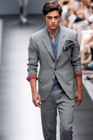 Wie kombinieren: grauer Wollanzug, dunkelblaues T-shirt mit einer Knopfleiste, dunkelgraues Einstecktuch mit Schottenmuster