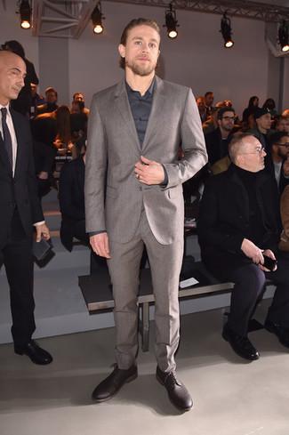 Wie kombinieren: grauer Wollanzug, dunkelgraues Businesshemd, dunkelrote Leder Derby Schuhe