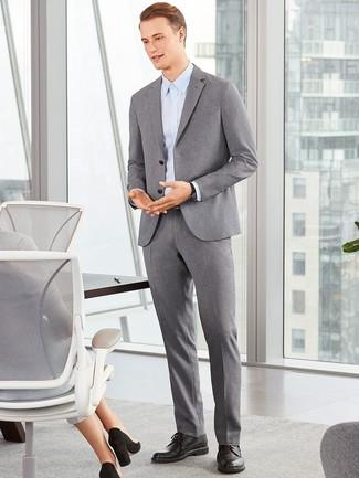Wie kombinieren: grauer Wollanzug, hellblaues Businesshemd, schwarze Leder Derby Schuhe