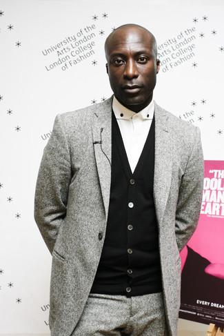 Dermot O'Leary trägt Grauer Wollanzug, Schwarze Strickjacke, Weißes Businesshemd