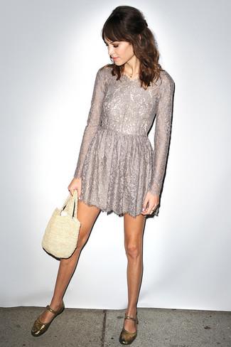 Wie kombinieren: graues ausgestelltes Kleid aus Spitze, goldene Leder Ballerinas, hellbeige Shopper Tasche aus Häkel