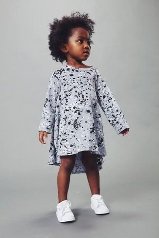 Wie kombinieren: graues bedrucktes Kleid, weiße Turnschuhe