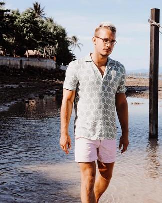 Wie kombinieren: graues bedrucktes Kurzarmhemd, rosa bedruckte Shorts