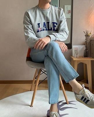 Hellblaue Jeans kombinieren – 500+ Herren Outfits: Entscheiden Sie sich für ein graues bedrucktes Sweatshirts und hellblauen Jeans für ein sonntägliches Mittagessen mit Freunden. Dieses Outfit passt hervorragend zusammen mit weißen und dunkelblauen Segeltuch niedrigen Sneakers.