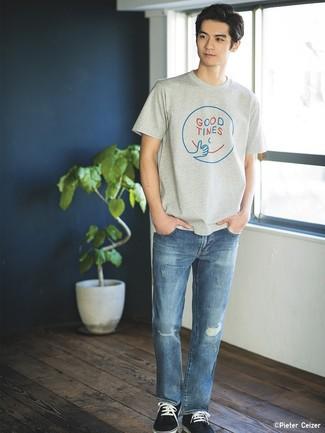 Wie kombinieren: graues bedrucktes T-Shirt mit einem Rundhalsausschnitt, blaue Jeans mit Destroyed-Effekten, dunkelblaue Wildleder niedrige Sneakers