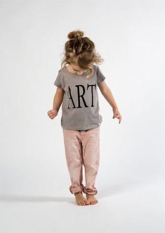 Wie kombinieren: graues bedrucktes T-shirt, rosa Jeans