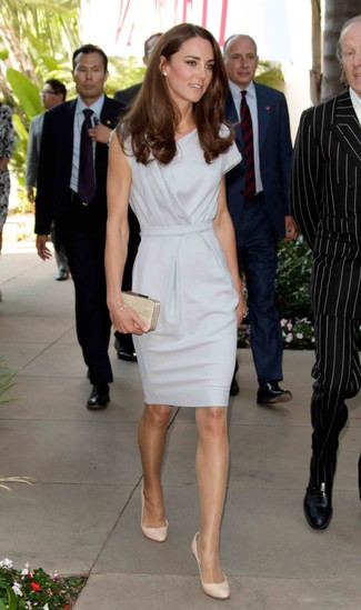Kate Middleton trägt graues Etuikleid, hellbeige Leder Pumps, hellbeige verzierte Clutch