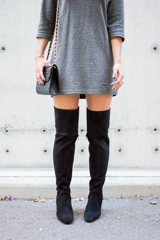 Wie kombinieren: graues gerade geschnittenes Kleid mit Reliefmuster, schwarze Overknee Stiefel aus Wildleder, schwarze gesteppte Leder Umhängetasche