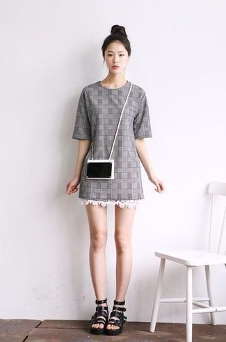 Wie kombinieren: graues gerade geschnittenes Kleid mit Schottenmuster, schwarze Römersandalen aus Leder, schwarze Clutch