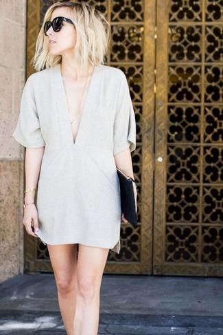 Wie kombinieren: graues gerade geschnittenes Kleid, schwarze Leder Clutch, schwarze Sonnenbrille