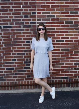 Wie kombinieren: graues gerade geschnittenes Kleid, weiße niedrige Sneakers, schwarze Sonnenbrille