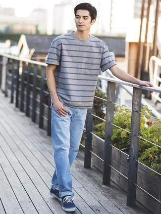 Wie kombinieren: graues horizontal gestreiftes T-Shirt mit einem Rundhalsausschnitt, hellblaue Jeans, dunkelblaue Segeltuch niedrige Sneakers