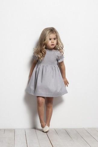 Wie kombinieren: graues Kleid, weiße Ballerinas