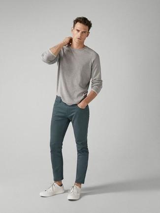 Casual Outfits Herren 2020: Entscheiden Sie sich für ein graues Langarmshirt und dunkeltürkisen Jeans, um einen lockeren, aber dennoch stylischen Look zu erhalten.
