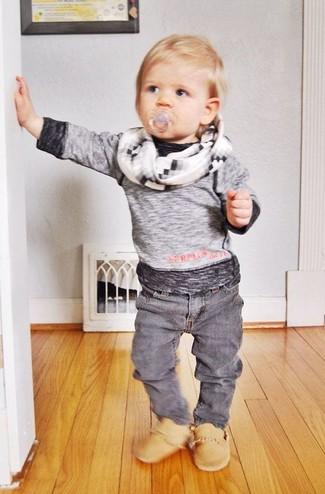 Wie kombinieren: graues Langarmshirt, graue Jeans, beige Stiefel