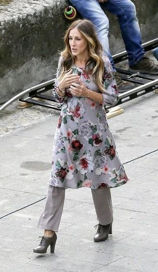 Graues Midikleid kombinieren – 17 Damen Outfits: Ein graues Midikleid und eine graue Schlaghose sind wunderbar geeignet, um ein lässiges Outfit zu erzeugen. Dunkelgraue Schnürstiefeletten aus Leder sind eine kluge Wahl, um dieses Outfit zu vervollständigen.