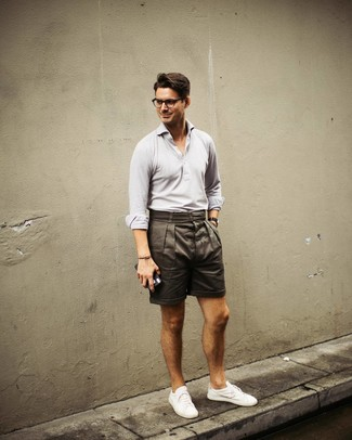 Wie kombinieren: graues Polohemd, olivgrüne Shorts, weiße niedrige Sneakers