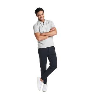 Wie kombinieren: graues Polohemd, schwarze Jogginghose, weiße Leder niedrige Sneakers