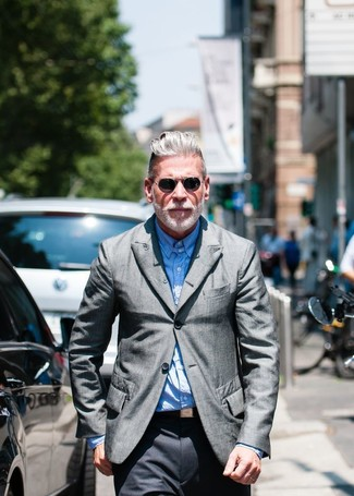 Nick Wooster trägt Graues Sakko, Hellblaues Langarmhemd, Dunkelgraue Anzughose