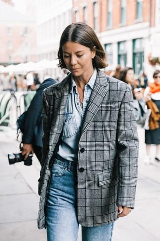 Wie kombinieren: graues Sakko mit Schottenmuster, hellblaues Jeanshemd, blaue Jeans
