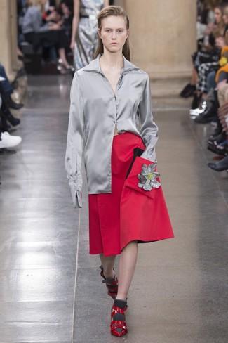 graues Seide Businesshemd, roter Falten Midirock, rote Leder Pumps für Damen