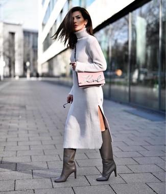 Rosa Leder Umhängetasche kombinieren – 166 Damen Outfits: Wenn Sie Jeans und T-Shirt bevorzugen, dann gefällt Ihnen die einfache Kombi aus einem grauen Sweatkleid und einer rosa Leder Umhängetasche. Fühlen Sie sich ideenreich? Wählen Sie dunkelgrauen kniehohe Stiefel aus Leder.