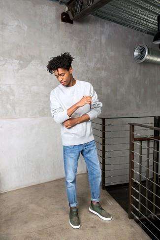 Blaue Jeans kombinieren – 500+ Herren Outfits: Vereinigen Sie ein graues Sweatshirts mit blauen Jeans für ein großartiges Wochenend-Outfit. Olivgrüne Wildleder niedrige Sneakers sind eine perfekte Wahl, um dieses Outfit zu vervollständigen.