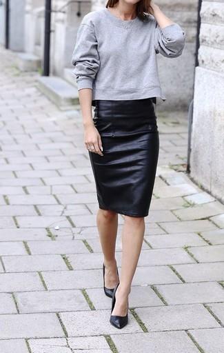 Paaren Sie ein graues Sweatshirts mit einem schwarzen Leder Bleistiftrock und Sie werden wie ein richtiges Babe aussehen. Schwarze Leder Pumps bringen Eleganz zu einem ansonsten schlichten Look.