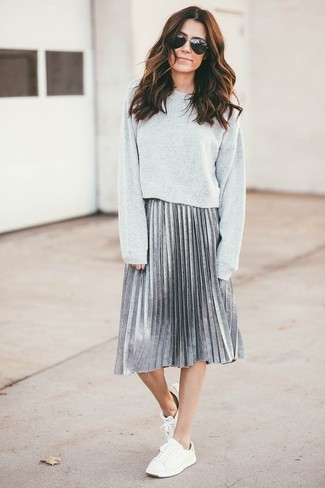 Wie kombinieren: graues Sweatshirt, silberner Falten Midirock, weiße niedrige Sneakers