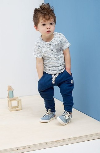 Wie kombinieren: graues T-shirt, dunkelblaue Jogginghose, hellblaue Turnschuhe