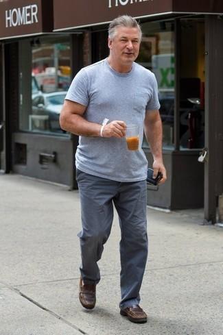Wie kombinieren: graues T-Shirt mit einem Rundhalsausschnitt, graue Chinohose, braune Leder Slipper