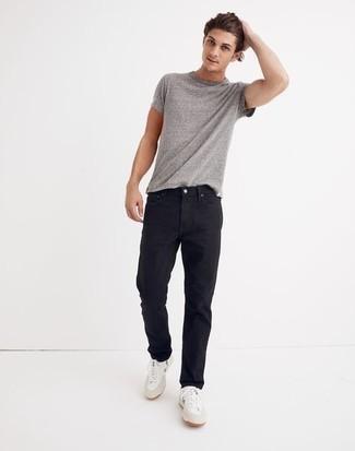 Schwarze Jeans kombinieren – 1200+ Herren Outfits: Kombinieren Sie ein graues T-Shirt mit einem Rundhalsausschnitt mit schwarzen Jeans für ein großartiges Wochenend-Outfit. Ergänzen Sie Ihr Look mit weißen und grünen Segeltuch niedrigen Sneakers.