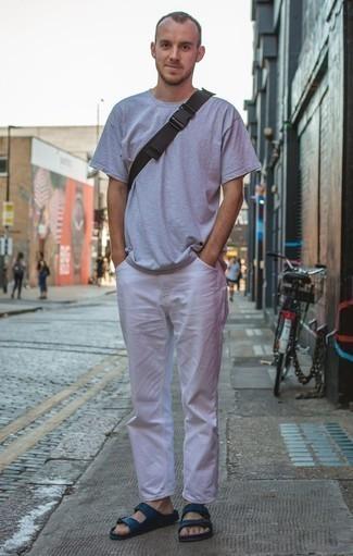 Dunkelblaue Ledersandalen kombinieren: trends 2020: Paaren Sie ein graues T-Shirt mit einem Rundhalsausschnitt mit einer weißen Chinohose, um mühelos alles zu meistern, was auch immer der Tag bringen mag. Fühlen Sie sich mutig? Vervollständigen Sie Ihr Outfit mit dunkelblauen Ledersandalen.