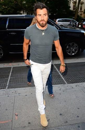 Wie kombinieren: graues T-Shirt mit einem Rundhalsausschnitt, weiße Jeans, beige Chelsea-Stiefel aus Wildleder